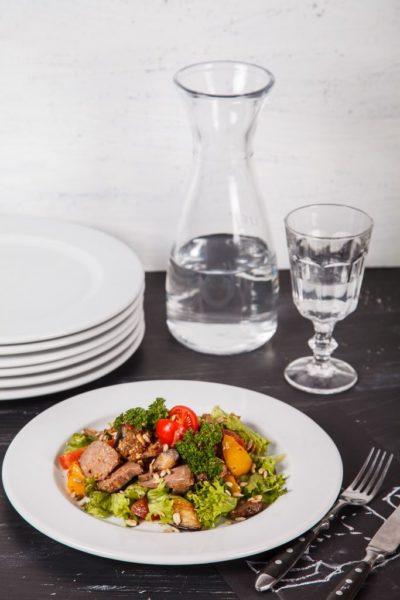 Салат из сочной телятины с запеченными овощами